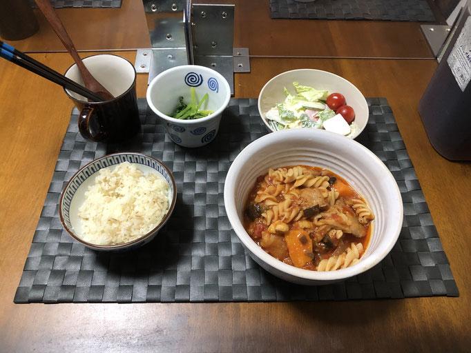 9月10日木曜日、Ohana夕食「とり肉とナスのトマト煮(玉ねぎ、フスィリ、人参)、サラダ(白菜、プチトマト、ソーセージ、きゅうり)、ほうれん草の胡麻和え」