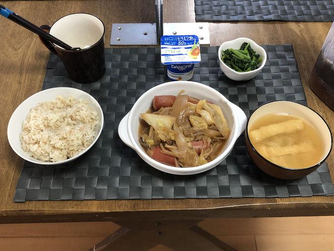 3月26日金曜日、Ohana朝食「ウインナーと野菜炒め、ほうれん草のお浸し、みそ汁(大根の葉、油揚げ)、ヨーグルト」