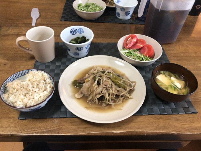 5月4日月曜日、Ohana朝食「野菜炒め(もやし、豚丼、ナス、玉ねぎ、ピーマン)、サラダ(水菜、トマト、ハム)、みそ汁(とうふ、ねぎ、水菜)」