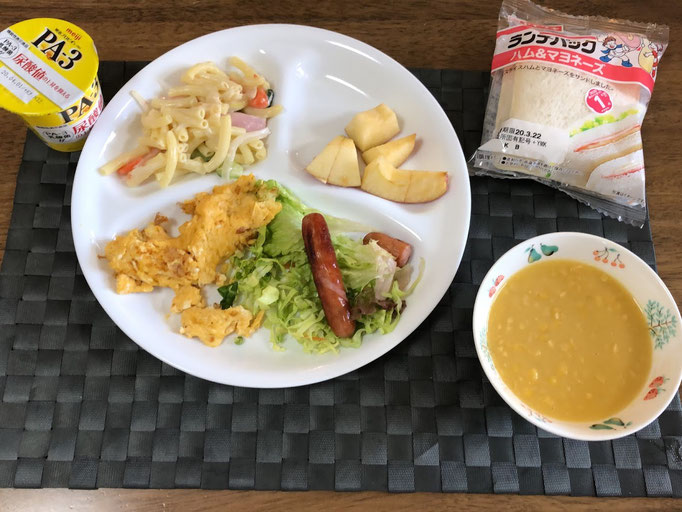 3月21日土曜日、Ohana朝食「ハッシュドポテト、マカロニサラダ、ウインナー1本と1/3、キャベツの線切り、リンゴ1/6、コーンスープ、ランチパック、ヨーグルト」