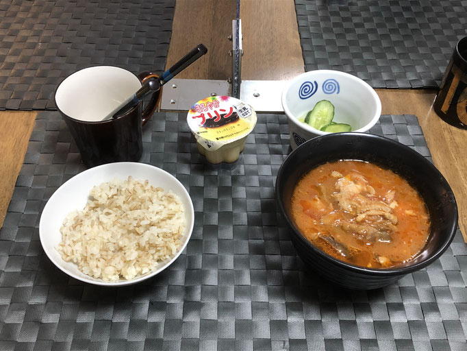 1月15日金曜日、Ohana朝食「ナスととり肉のトマト煮、きゅうりと白菜の浅漬け、プリン」