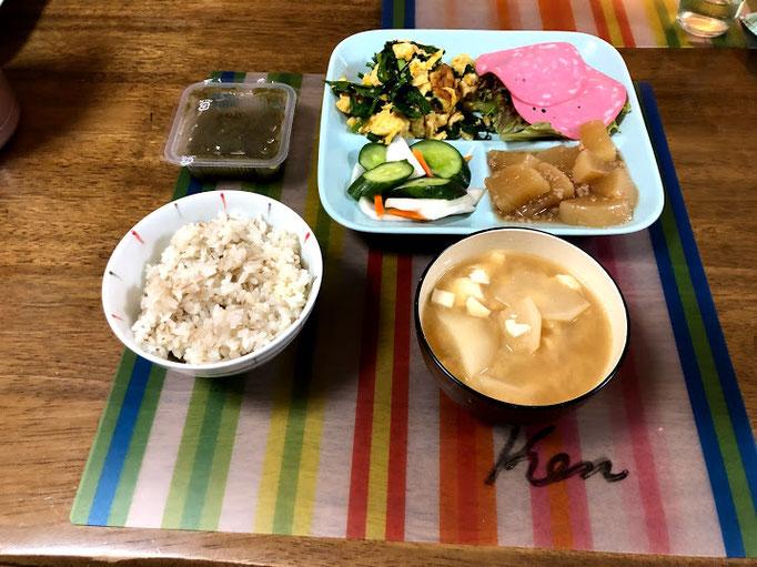 6月28日土曜日、Ohana朝食「ニラ玉、サラダ(ソフトサラミ、サニーレタス)、大根煮、きゅうりとかぶの浅漬け、ご飯、かぶと豆腐の味噌汁」