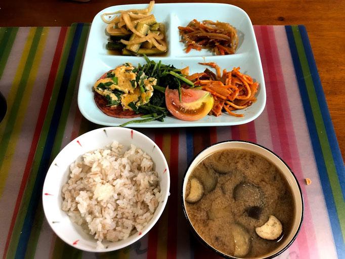 7月15日月曜日、Ohana朝食「ソーセージステーキ(ナポリタン添え)、ほうれん草ソテー、ニラ玉、きんぴらごぼう、きゅうりと玉ねぎのごま油漬け、ご飯、味噌汁、ヨーグルト
