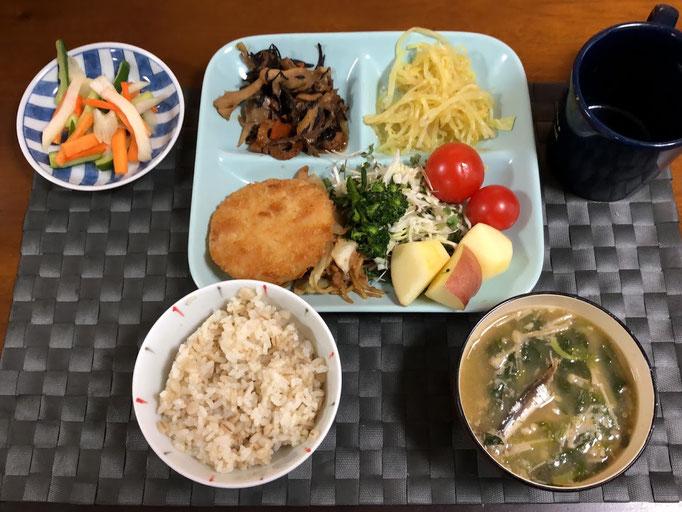 3月8日日曜日、Ohana朝食「ハムカツ、千切りキャベツ、スプラウト、トマト、焼きそば、ひじき煮、カレーもやし、浅漬け(人参、きゅうり、セロリ)、みそ汁(ほうれん草、えのき)、リンゴ」