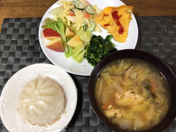 3月29日日曜日、Ohana朝食「肉まん、玉子焼き、ワンタンスープ、サニーレタス、マカロニサラダ、リンゴ1/6切り、ほうれん草ソテー」