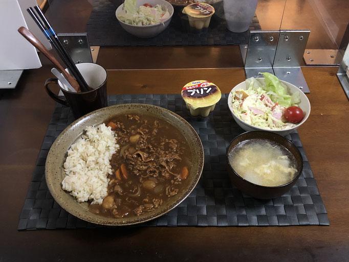 10月18日日曜日、Ohana夕食「ビーフシチュー、サラダ(キャベツ、レタス、リンゴ、プチトマト)、白菜と玉子スープ、プリン」