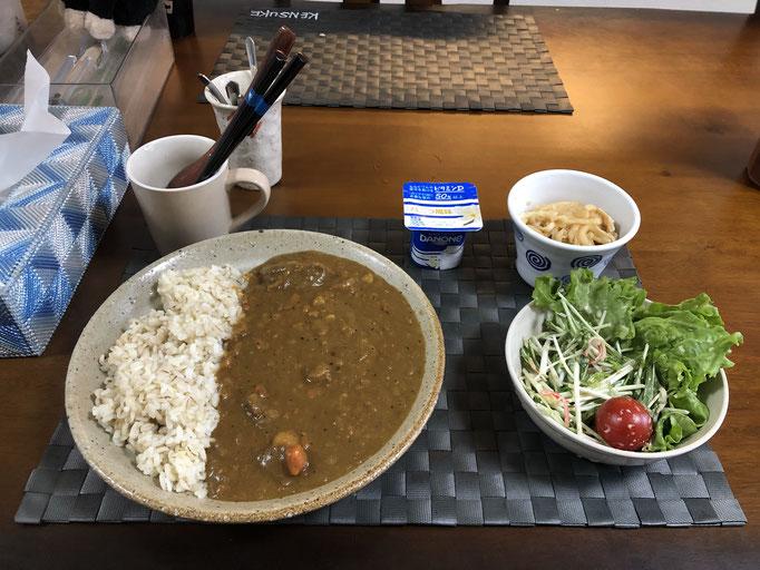 3月22日月曜日、Ohana朝食「カレーライス、サラダ(水菜、レタス、プチトマト)。切り干し大根、ヨーグルト」