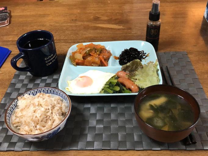 10月6日日曜日、Ohana朝食「酢鶏、目玉焼き、昆布佃煮、サラダ、ご飯、味噌汁(じゃがいも)」