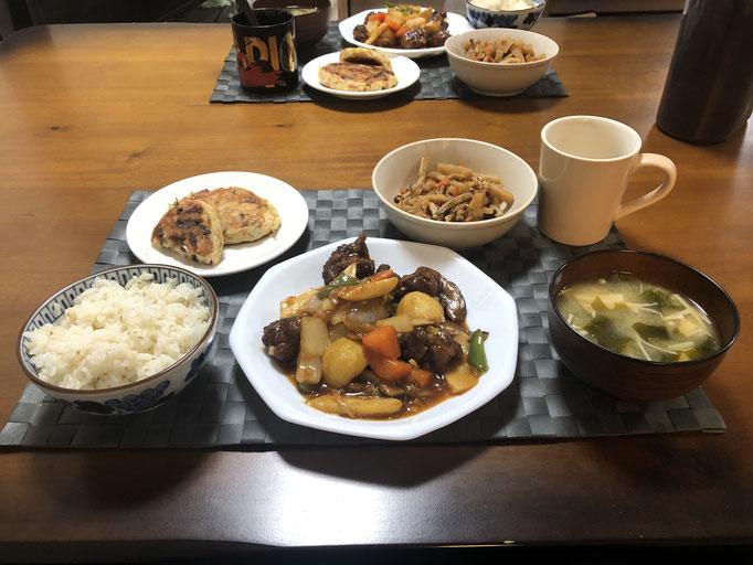 4月29日水曜日Ohana夕食「酢豚、豆腐ハンバーグ、みそ汁(えのき、ワカメ)、切り干し大根の煮物」