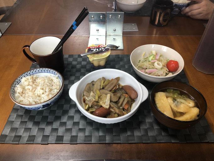 9月20日日曜日、Ohana朝食「ごぼうとウインナーのピリ辛煮、もやしときゅうりのカンタン酢サラダ(かまぼこ、ちくわ、プチトマト)、みそ汁(油揚げ、ねぎ)、プリン」