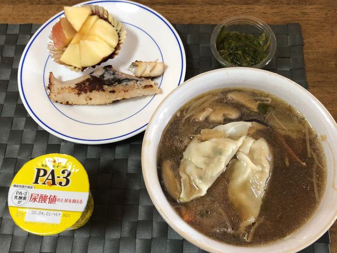 3月22日日曜日、Ohana朝食「餃子スープ、おにぎり、赤魚粕漬け1/2切れ、めかぶ、りんご1/6、ヨーグルト」