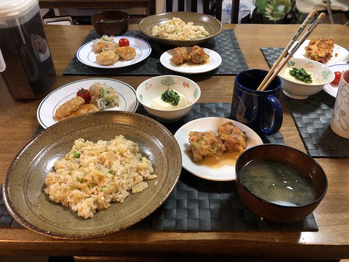 4月14日火曜日、Ohana夕食「たけのこご飯、みそ汁(とうふ、わかめ)、豚とねぎの天ぷら、鶏つくねの甘から煮、ニラの冷ややっこ、大根としらすのサラダ」