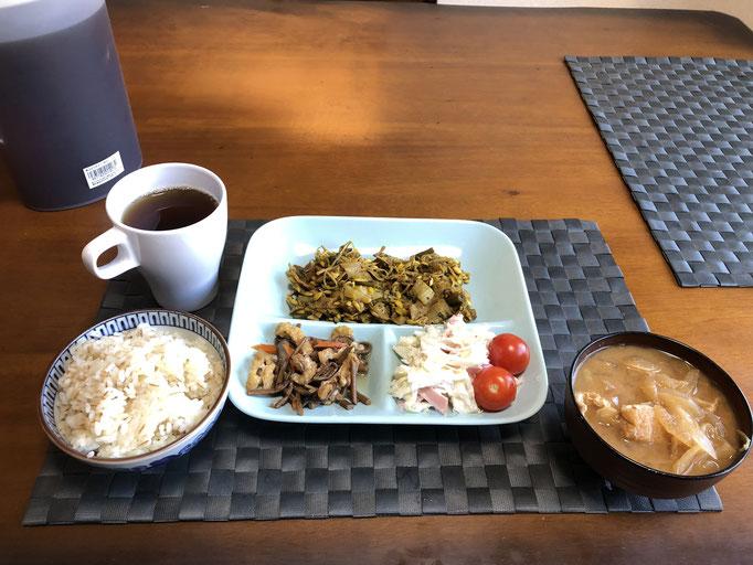12月28日土曜日、Ohana朝食「カレー味の野菜炒め(もやし、しゅんぎく、ハム)、サラダ(キャベツ、プチトマト、きゅうり、ハム、カニカマ)、ぜんまい煮、みそ汁(玉ねぎ、油揚げ、ねぎ)」