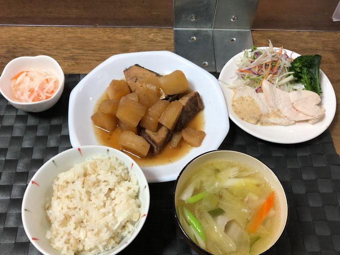 1月15日日曜日、Ohana夕食「ぶり大根、蒸し鶏、茹でブロッコリー、カット野菜、みそ汁、なます」
