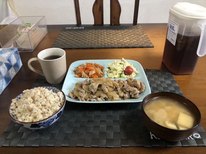 3月4日水曜日、Ohana朝食「生姜焼き、サラダ(キャベツ、きゅうり、プチトマト、カニカマ)、みそ汁(とうふ、油揚げ、ねぎ)、切り干し大根」