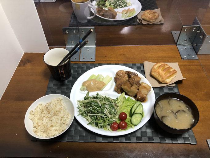 3月13日土曜日、Ohana夕食「ブロック肉焼き(スペアリブ味)、サラダ(水菜、ツナ、セロリの葉、サニーレタス、きゅうり、プチトマト)、野菜スティック(セロリ)、みそ汁(玉ねぎ、ナス)、ミニアップルパイ」