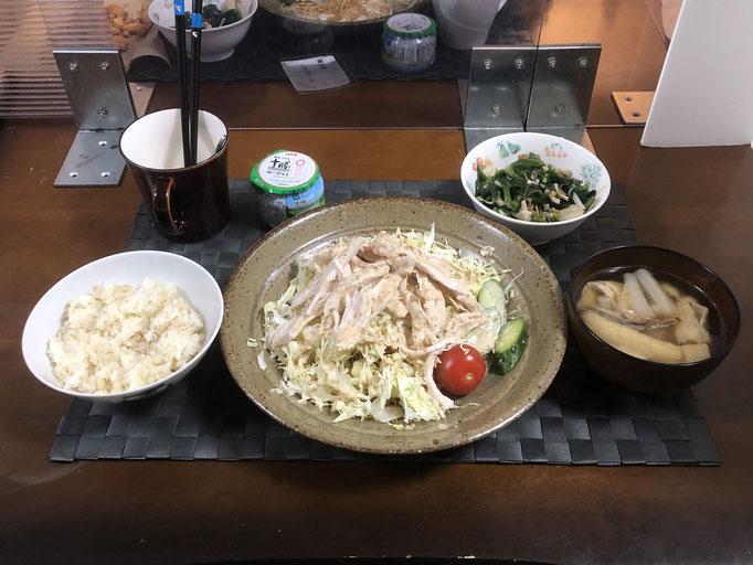 2月21日日曜日、Ohana夕食「酒蒸し鶏肉乗せパリパリ麺サラダ(キャベツ、きゅうり、プチトマト)、みそ汁(大根、油揚げ)、ほうれん草とえのきのなめ茸和え、ヨーグルト」