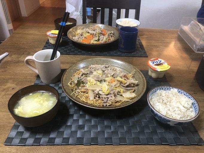 4月25日土曜日、Ohana夕食「皿うどん(白菜、キャベツ、人参、もやし、豚肉)、白菜とたまご中華スープ、プリン」
