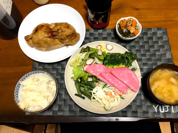 2月2日日曜日、Ohana夕食「鳥の丸焼き、サラダ(サニーレタス、ラディッシュ、ゆでブロッコリー)ボロニアソーセージ、切り昆布の煮物、カリフラワー、みそ汁(白菜、油揚げ)」