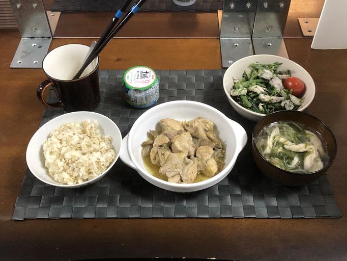 2月22日月曜日、Ohana朝食「舞茸と鶏肉のバジルソテー、紅菜苔と蒸し鶏の胡麻みそマヨ和え、プチトマト、水菜と鶏肉のチキンスープ、ヨーグルト」