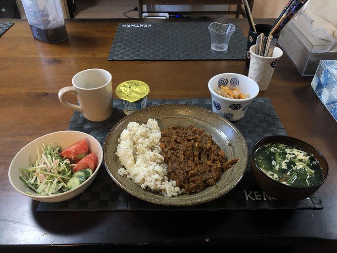 4月6日月曜日、Ohana朝食「キーマカレー、切り干し大根、たまごスープ(ほうれん草、ウインナー)、サラダ(水菜、トマト、ツナ、ヨーグルト」