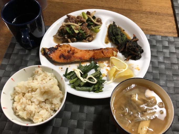 1月26日日曜日、Ohana夕食「鮭の西京焼き、春菊とモロッコ隠元の胡麻和え、夕一菜と茸と豚肉の炒め、紅苔菜のお浸し、みそ汁(大根、油揚げ)」