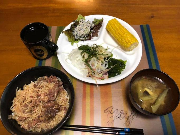 7月5日金曜日、Ohana夕食「プルコギ丼、鰹ののっけ盛り、刺身わかめ、ひじきとブロッコリーの白和え、ゆでとうもろこし、味噌汁(茄子)」