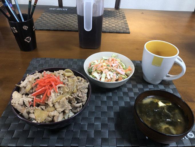 1月16日木曜日、Ohana夕食「豚丼、サラダ(白菜、水菜、人参、ハム、カニカマ)、みそ汁(わかめ、とうふ)」