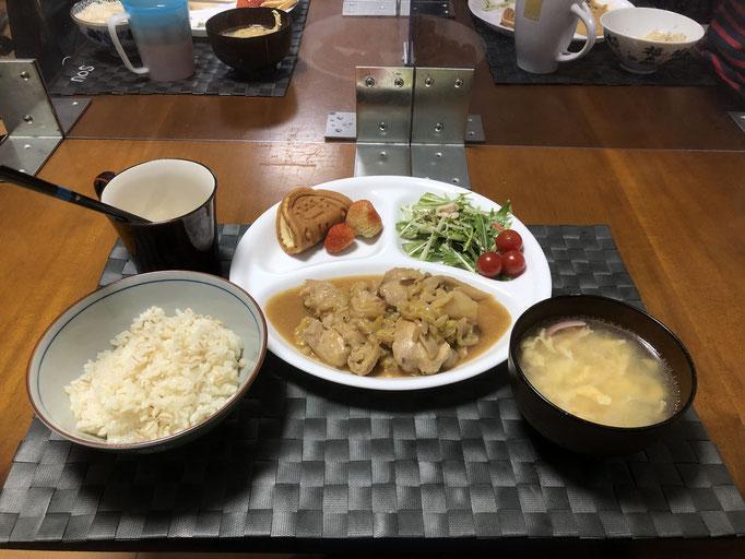 4月22日木曜日、Ohana夕食「むね肉とキャベツの中華炒め、中華たまごスープ、イチゴとワッフル」