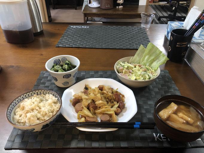 1月17日金曜日、Ohana朝食「味噌炒め(キャベツ、ウインナー)、サラダ(キャベツ、きゅうり、レタス)、酢の物(わかめ、きゅり、カニカマ)、みそ汁(油揚げ、ねぎ)」