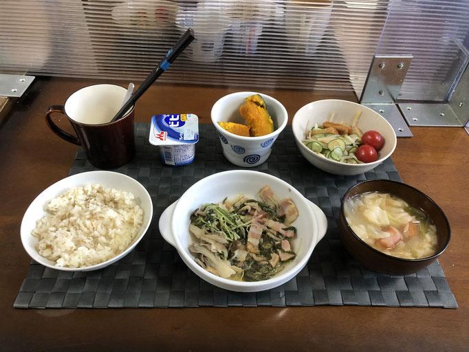 4月12日月曜日、Ohana朝食「水菜とベーコンの炒め物(しめじ、舞茸)、もやしとハムのサッパリサラダ(きゅうり、プチトマト、さつま揚げ)、ワンタンスープ(玉ねぎ、ねぎ、ウインナー)、かぼちゃの煮物、ヨーグルト」