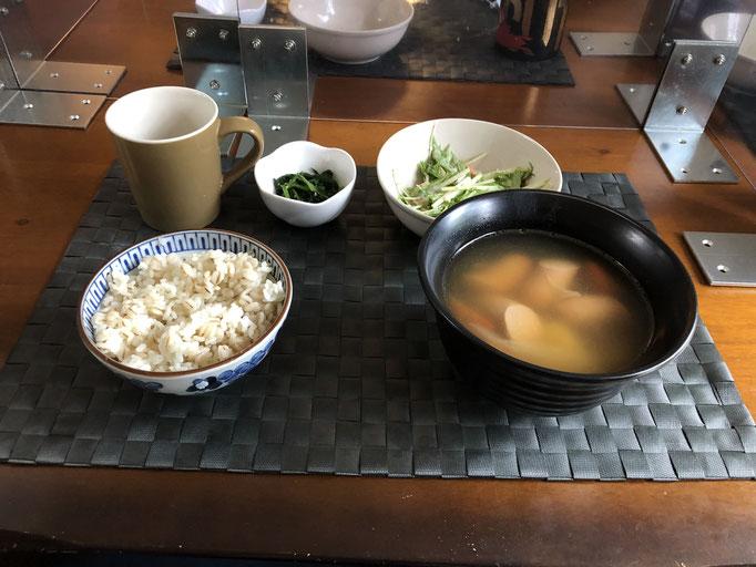 8月8日土曜日、Ohana朝食「ポトフ、サラダ(水菜、ツナ、カニカマ)、ほうれん草の胡麻和え」