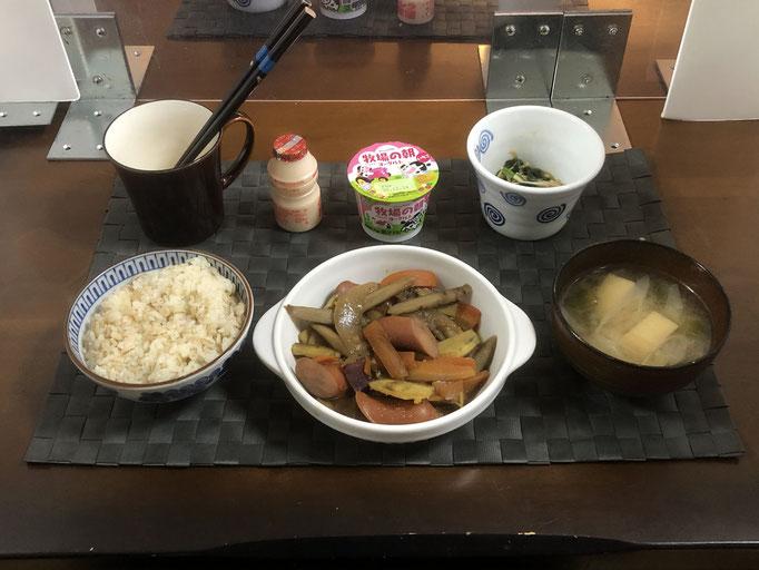 12月21日月曜日、Ohana朝食「ごぼうとウインナー炒め煮(玉ねぎ、人参、さつま芋)、みそ汁(ねぎ、油揚げ)、ほうれん草とえのきとなめ茸和え、ヨーグルト、乳酸菌飲料」