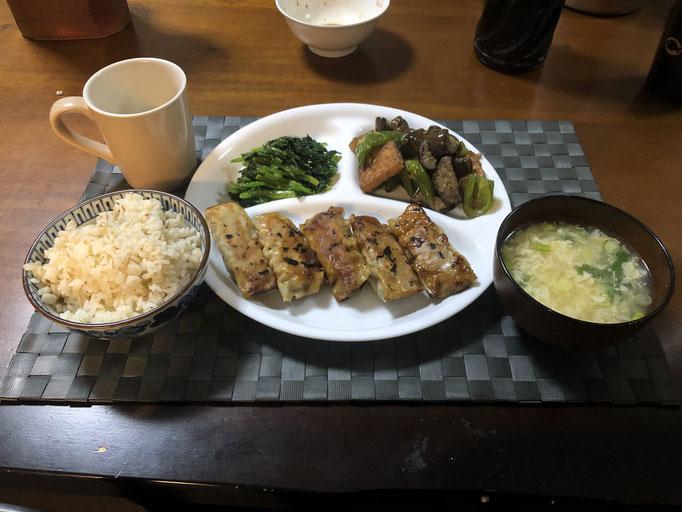 4月12日日曜日、Ohana夕食「餃子、ナスとピーマンと油揚げの味噌炒め、ほうれん草の胡麻和え、たまごスープ」