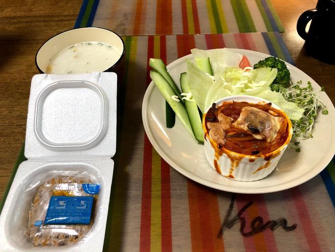 7月27日土曜日、Ohana賄「スパグラタン、サラダ(レタス、ブロッコリ、ブロッコリスーパースプラウト、きゅうり)、納豆、ポタージュスープ」