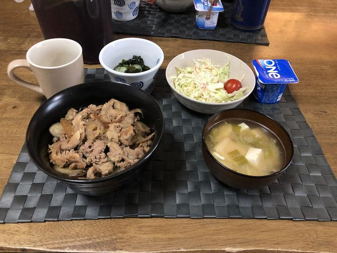 4月17日金曜日、Ohana朝食「豚丼(玉ねぎ、ねぎ、ごぼう)、サラダ(キャベツ、カニカマ、プチトマト)、酢の物(わかめ、カニカマ、きゅうり)、みそ汁(とうふ、油揚げ、ねぎ、キャベツ)、ヨーグルト」