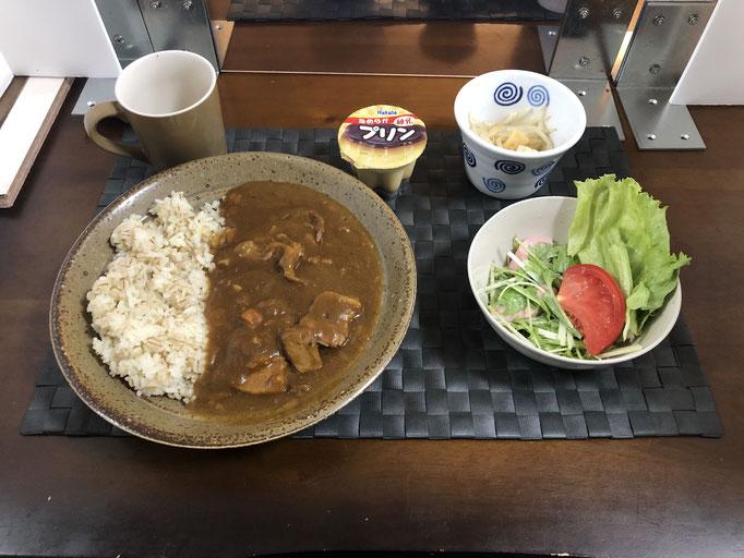 8月31日月曜日、Ohana朝食「カレーライス、サラダ(水菜、トマト、ソーセージ、レタス)、もやしのナムル、プリン」