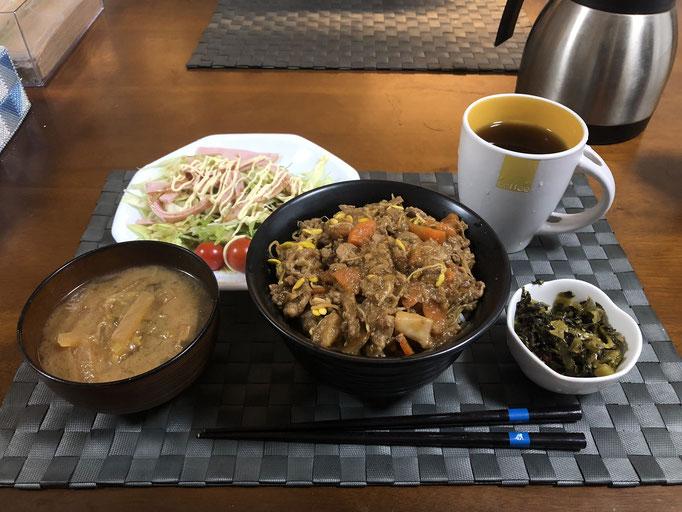 12月21日土曜日、Ohana朝食「野菜炒め丼、キャベツとハムとレタスとプチトマトのサラダ、高菜油炒め、みそ汁(大根、大根の葉)」