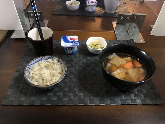 11月23日月曜日、Ohana朝食「鶏と大根の煮物(人参、こんにゃく)、切り干し大根ときゅうりの酢の物、ヨーグルト」