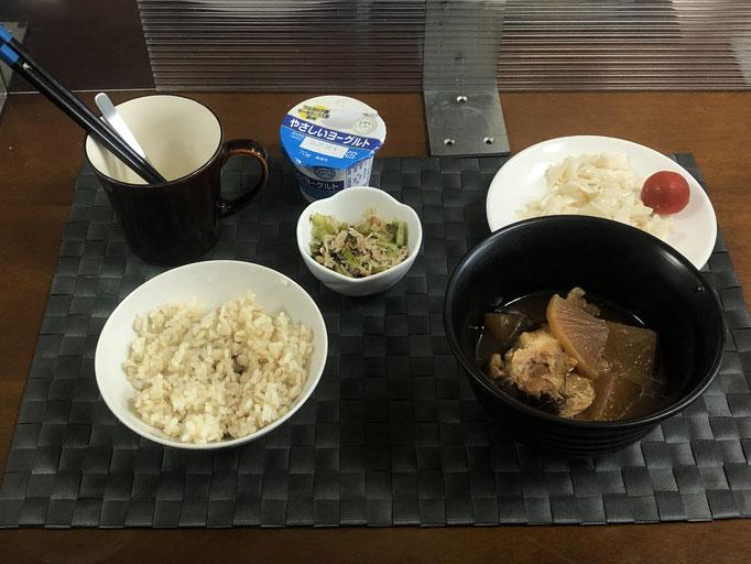 7月5日月曜日、Ohana朝食「鶏肉と大根のカンタン煮、カブマヨサラダ、プチトマト、カブの葉としらすのごはんのお供、ヨーグルト」