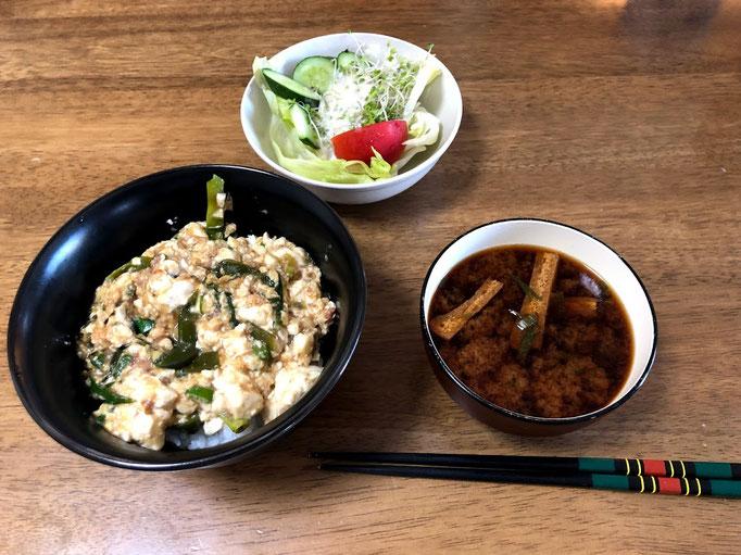 8月18日日曜日、Ohana朝食「すき焼き肉豆腐丼、サラダ(きゅうり、レタス、ブロッコリスーパースプラウト、味噌汁(ねぎ、油揚げ)」
