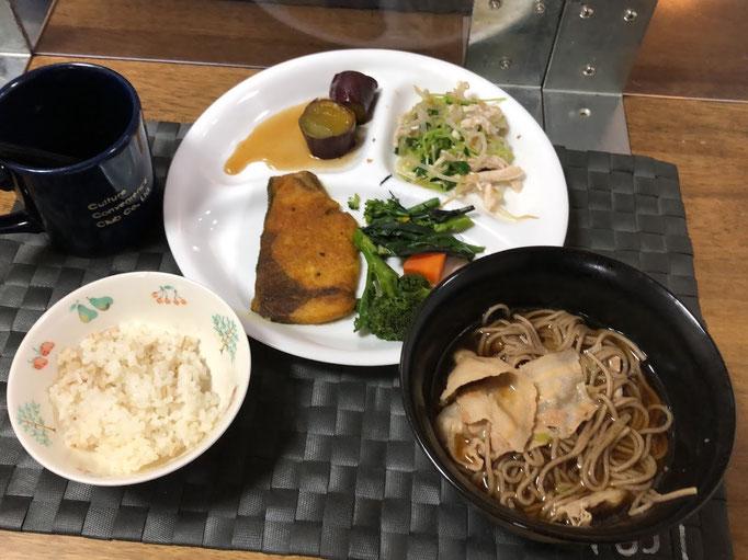 1月22日金曜日、Ohana夕食「鯖のカレーパウダーソテー、蒸し野菜(ブロッコリー、人参、紅苔菜)、ナムル(もやし、豆苗、鶏むね肉)、サツマイモのグラッセ、南蛮そば」