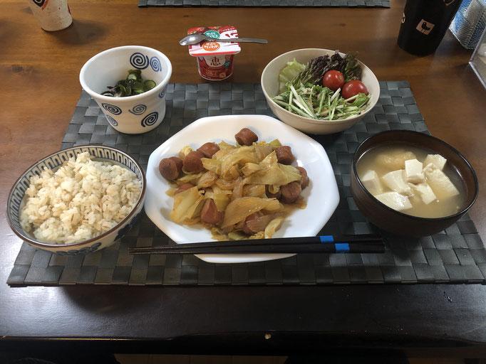 3月28日土曜日、Ohana朝食「野菜炒め(キャベツ、ウインナー、玉ねぎ)、サラダ(水菜、レタス、プチトマト)、酢の物(わかめ、きゅうり)、みそ汁(とうふ、油揚げ)