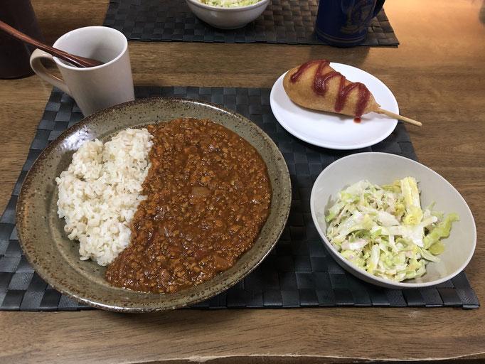 5月8日金曜日、Ohana夕食「キーマカレー、サラダ(キャベツ、ツナ)、アメリカンドッグ」