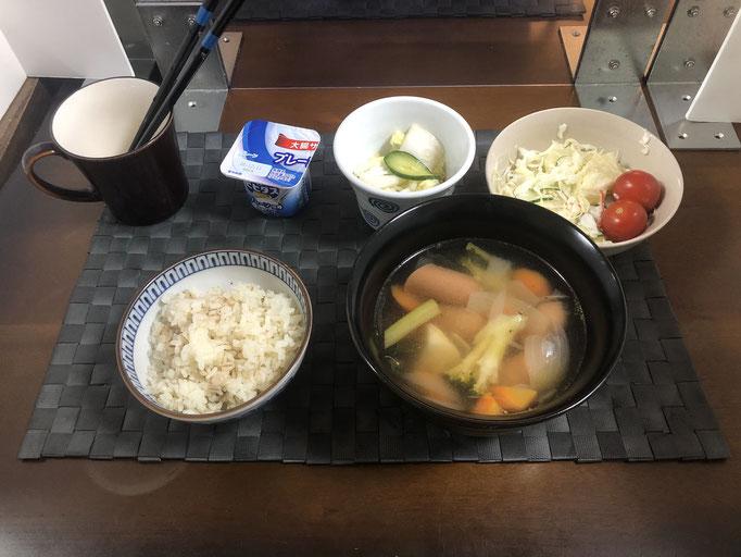 11月30日月曜日、Ohana朝食「ポトフ(ウインナー、人参、ブロッコリー、玉ねぎ、ジャガイモ)、サラダ(キャベツ、カニカマ、パイン、プチトマト)、白菜ときゅうりの浅漬け、ヨーグルト」