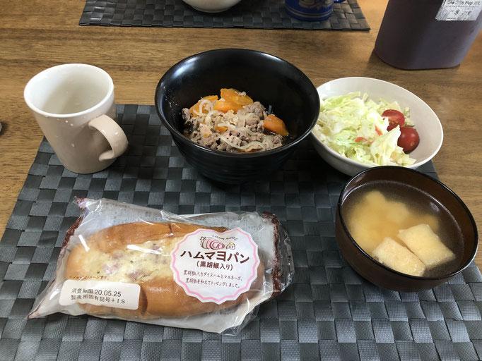 5月18日月曜日、Ohana朝食「肉じゃが、サラダ(キャベツ、ハム、カニカマ、パイナップル、プチトマト)、みそ汁(とうふ、油揚げ)、おかずパン」