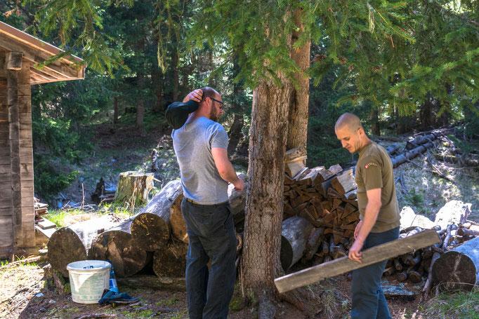 Wie machen wir das Dach für das Feuerholz? (Foto: Bruno Riedhauser)