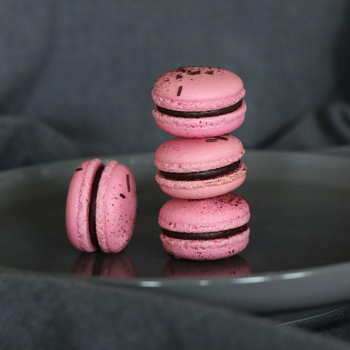 Macarons Waldbeer & dunkle Schokolade