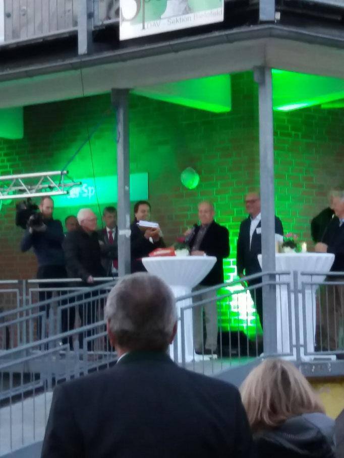 Und last but not least der Oberbürgermeister aus Bielefeld, der auch die Baugenehmigung mitbrachte