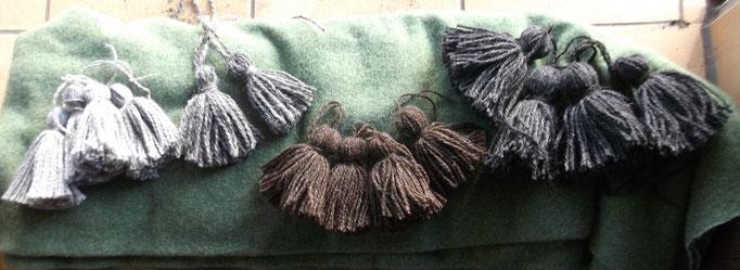 Troddeln aus pflanzengefärbten  Woll Garnen
